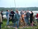 Pieczenie kiełbasek nad jeziorem