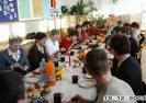 Spotkanie przy stole wigilijnym pracowników szkoły