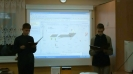 Paweł i Kuba podczas prezentacji filmowej  przedstawiające zasady zabawy z geocaschingiem.